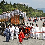 Under the summer-like clear sky, the Aoi festival oxcarts deliberately proceed (10:50 a.m., May 15, Kyoto Imperial Park, Kamigyo Ward, Kyoto)