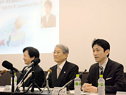 Professor Uesugi (right) and President Matsumoto (center) explain the university's participation in edX, an online educational system = Sakyo Ward, Kyoto