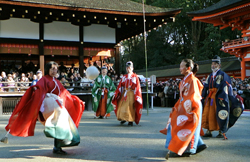 "Amid the snow, preservation group members gracefully kick the ""Mari"" ball (January 4, Shimogamo Shrine, Sakyo Ward, Kyoto)"