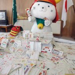 Delighted Hikonyan in front of the many New Year's cards he received (Hikone City Hall)