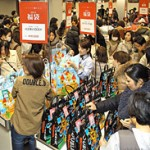 Shoppers crowd the sales floor to buy lucky bags (January 2, Daimaru Kyoto, Shimogyo Ward, Kyoto)