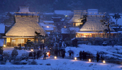 "Snow-covered ""Kayabuki no Sato"" is colored with a subtle gleam (5:40 p.m., January 26, Miyama-cho Kita, Nantan City, Kyoto Prefecture)"