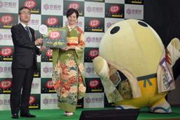 "Ms. Higa holds a box of ""Okashina"" Kyoto PR Partner (middle) = a hotel in Chiyoda Ward, Tokyo"