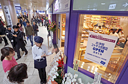 """Employees prepare their store for the fully-opening of """"Kotochika Kyoto"""" (February 28, near the Central Gate area, Kyoto City Subway's Kyoto Station, Shimogyo Ward, Kyoto)"""