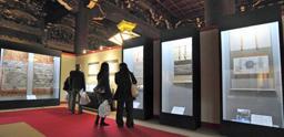 Visitors look at displayed items associated with Kyonyo (April 1, Amida Hall, Higashi Honganji Temple, Shimogyo Ward, Kyoto)