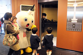 Children from Tokiwa Kindergarten board the renovated elevator at the Kyoto Tower (Kyoto Tower, Shimogyo Ward, Kyoto)