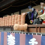 "Performers throw off about 1,100 ""Horaku"" piled on the stage (April 21, Mibu-dera Temple, Nakagyo Ward, Kyoto)"