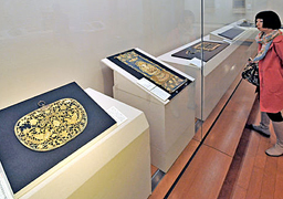 "Gallery exhibiting skillfully worked ""Shogon"" and other pieces (Hosomi Museum, Sakyo Ward, Kyoto)"