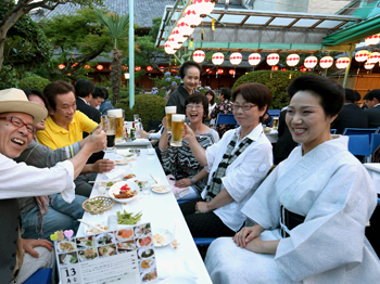 The lively opening of the Kamishichiken beer garden (7:05 p.m., July 1, Kamigyo Ward, Kyoto)