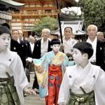 Praying for the festival's safety, the Chigo and other members of the Gion Festival Naginata Hoko float walk around the main shrine (10:50 a.m., July 1, Yasaka Shrine, Higashiyama Ward, Kyoto)