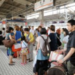 Photo= Families with lots of luggage ready to board the incoming Shinkansen (August 10, JR Kyoto Station, Shimogyo Ward, Kyoto)