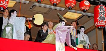 """Daisuke Shirai (center), this year's Chigo, performs the """"Taihei-no-mai"""" dance together with the two Kamuro (July 5, Naginata Hoko Town Hall, Shimogyo Ward, Kyoto)"""