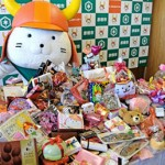 "Photo= ""Hikonyan,"" overjoyed with his Valentine's Day gifts (Hikone City Hall, Shiga Prefecture)"