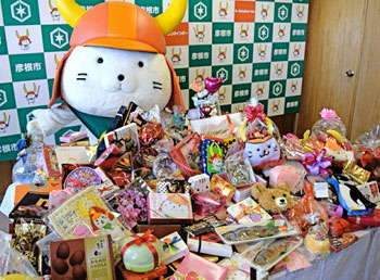 "Photo= ""Hikonyan,"" overjoyed with his Valentine's Day gifts (Hikone City Hall, Shiga Prefecture)"