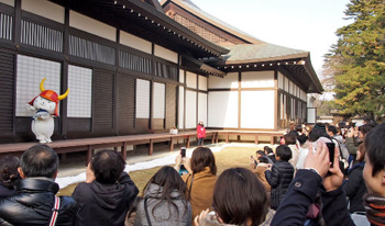 Photo= Hikonyan appeared on stage daily, spreading good cheer to crowds of visitors (In front of Hikone Castle Museum, Konki-cho, Hikone City, Shiga Prefecture)
