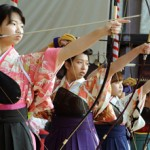 Photo= New adults dressed in their best shoot arrows toward targets in Sanjusangen-do Hall (January 12, Higashiyama Ward, Kyoto)