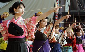 Photo= New adults dressed in their best shoot arrows toward targets in Sanjusangen-do Hall (January 12, Higashiyama Ward, Kyoto)