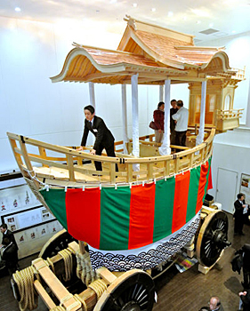 Photo= O-Fune Hoko is displayed with its completed yakata and tomo-yakata attached to its trunk (on January 15, Kyoto-Yodobashi building, Shimogyo Ward, Kyoto)