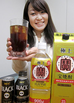 Photo= Shochu mixed with coffee, which is jointly promoted by Takara Shuzo and UCC