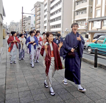 Photo= University students and international students enjoy strolling in kimono (Higashiyama Ward, Kyoto)