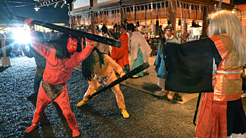 Photo= Three demons being chased off by Hososhi (right) with his shield and pike (6:00 p.m., February 2, Yoshida Jinjya Shrine, Sakyo Ward, Kyoto)