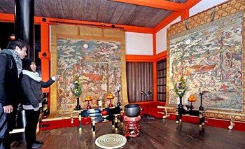 Photo= Keio-ji Temple's Butsu Nehan-zu is exhibited for the first time with Dai Nehan-zu (left) (Kiyomizu-dera Temple, Higashiyama Ward, Kyoto)