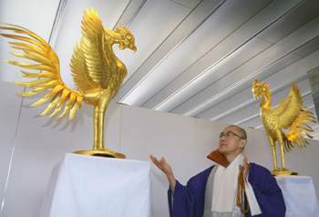 Photo= The phoenix statues goldenly shine, as when they were originally created (2:25 p.m., February 24, Byodo-in Temple, Uji, Uji City, Kyoto Prefecture)