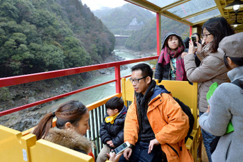 Photo= Passengers enjoy the scenery from aboard the tram which has resumed operation (March 1, Nishikyo Ward, Kyoto)