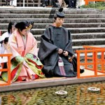 Photo= A couple in traditional Heian costumes set small boats carrying dolls made of Japanese paper on the Mitarashi River (March 3, Shimogamo Shrine, Sakyo Ward, Kyoto)