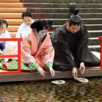 Photo= A couple in traditional Heian costumes set small, round boats carrying dolls on the Mitarashi River (March 3, Shimogamo Shrine, Sakyo Ward, Kyoto)