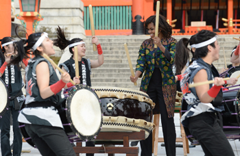 Photo= First Lady Michelle Obama plays the Japanese drums with senior high school students (March 20, Fushimi Inari Taisha Shrine, Fushimi Ward, Kyoto)