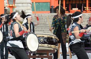 Photo= First Lady Michelle Obama plays the Japanese drums with senior high school students (March 20, Fushimi Inari Taisha Shrine, Fushimi Ward, Kyoto)