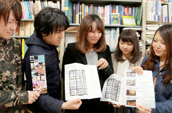 Photo= Foreign language guide maps that publicize the attractions around Horikawa Shopping Street; produced by students in Prof. Niikawa's seminar (Kamigyo Ward, Kyoto)