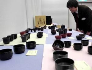 Photo= Lacquered Guinomi cups produced by members of Kyoto Shikki Kogei Kyodo Kumiai (Miyakomesse, Sakyo Ward, Kyoto)