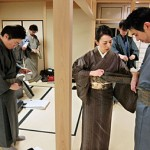 Photo= Participants in the male kimono-dressing class learn how to tie belts (NHK Culture Center, Sakyo Ward, Kyoto)