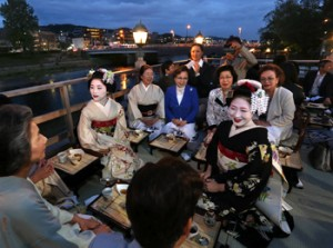"Photo= Guests enjoying the cuisine while being entertained by ""Maiko"" on ""Yuka"" terraces (7 p.m., May 1, Nakagyo Ward, Kyoto)"