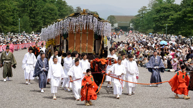 Photo= the Aoi Festival procession passes through Kyoto Gyoen garden which was crowded with a large audience (May 15, Kamigyo Ward, Kyoto)