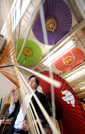 "Photo= The studio with colorful, hand-made ""wagasa"" hung from the ceiling (Hiyoshiya, Kamigyo Ward, Kyoto)"