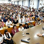 Photo= Professor Yamanaka delivers a lecture in front of students filling a large lecture hall (May 28, Kyoto University, Sakyo Ward, Kyoto City)