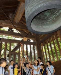 Photo= Students vigorously strike the giant bell (Miidera Temple, Onjoji-cho, Otsu City, Shiga Prefecture)