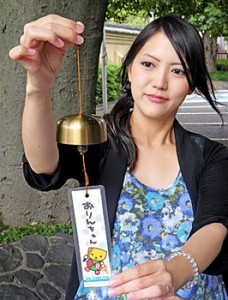 """Photo= Wind chimes made from the Buddhist altar article """"Orin"""" are now on sale in the Nishi Hongwanji Temple town."""