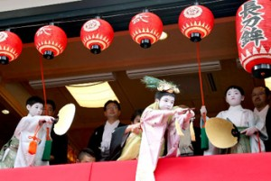 "Photo= Masato Hirai (center) leans forward and performs the ""Taihei-no-mai"" dance with the two Kamuro (3:24 p.m., July 5, Naginata Hoko Town Hall, Shimogyo Ward, Kyoto)"