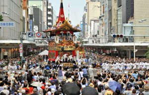"Photo= The Naginata-hoko float performing ""Tsuji mawashi"" at the head of the procession (July 17, the intersection of Shijo-dori and Kawaramachi, Shimogyo Ward, Kyoto)"