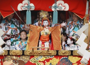 "Photo= Masato Hirai confidently performs his important duty, ""Shimenawa-giri"" (July 17, Fuyacho, Shijo-dori, Shimogyo Ward, Kyoto)"