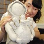 "Photo= Shirai holds a model of ""Senso-ko Jizo"" that she designed (Daizenin Temple, Shimogyo Ward, Kyoto)"