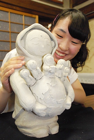 "Photo= Shirai holds a model of ""Senso-ko Jizo"" that she designed (Daizenin Temple, Shimogyo Ward, Kyoto)"