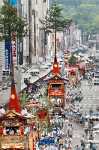 Photo= The Ato-Matsuri procession heads west along Shijo-dori Street. The Ofune-hoko float is in the last position (July 24, eastward view from Shijo-dori Muromachi, Shimogyo Ward, Kyoto)