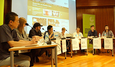 Photo= Panelists discussing the environment surrounding freelance artists' creative activities and other themes during the symposium (Goethe-Institut Villa Kamogawa, Sakyo Ward, Kyoto)