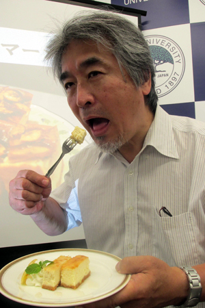 Photo= President Yamagiwa lifts a forkful of cheesecake, made with the lactobacillus newly discovered in gorillas, to his mouth (Kyoto University, Sakyo Ward, Kyoto)