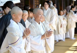 Photo= Children with shaven heads attend an ordination ritual (August 5, Higashi Honganji Temple, Shimogyo Ward, Kyoto)